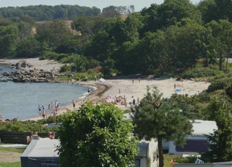 Stranden ved Gudhjem - Sannes Familiecamping